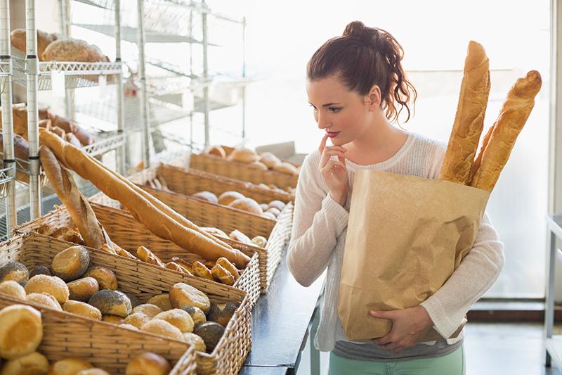 Девушка покупает хлеб