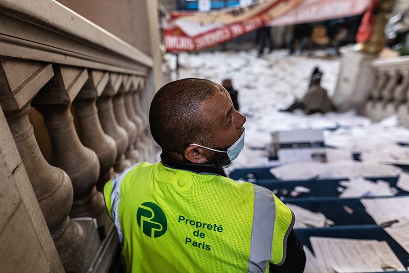 Бастующие служащие Парижа захватили мэрию 13-го округа