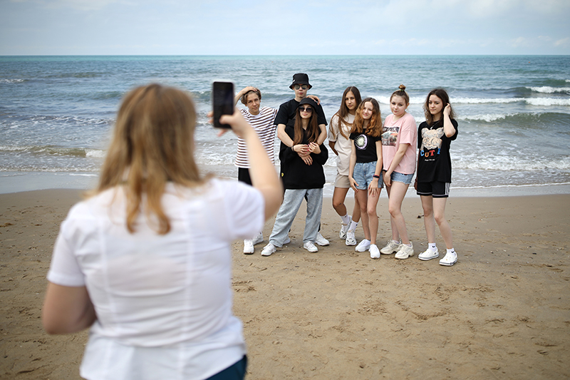 Дети фотографируются на пляже