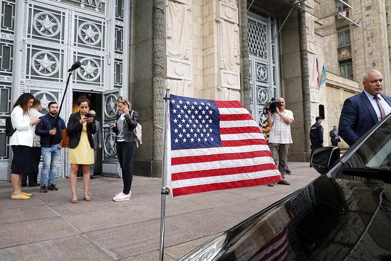 Дипломатический автомобиль США возле здания МИД