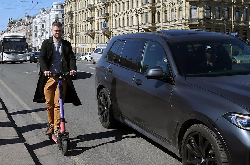 Мужчина на электросамокате в Санкт-Петербурге