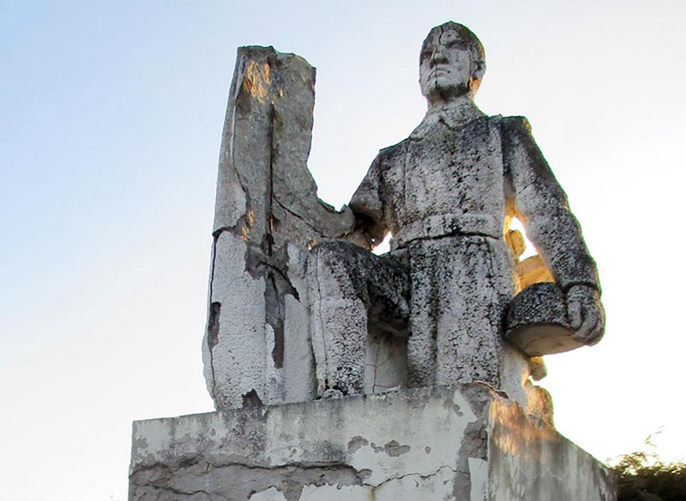 Разрушающийся мемориал советским воинам в Обеляй, Литва