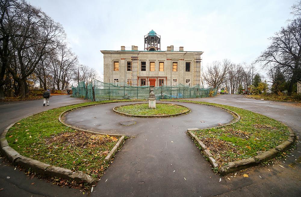 Здание усадьбы Нарышкиных на территории Филевского парка