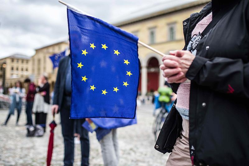 Флаг Евросоюза в руках
