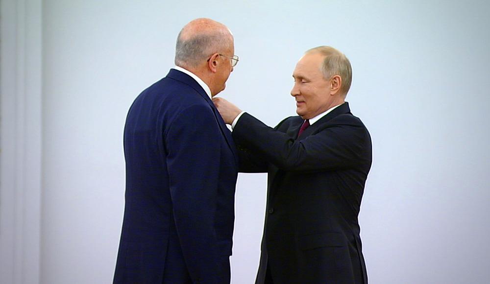 Владимир Путин награждает Александра Гинцбурга