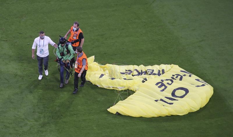 Парапланерист приземлился на поле перед началом матча между Францией и Германией