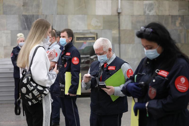 Проверка соблюдения масочно-перчаточного режима в Московском метрополитене