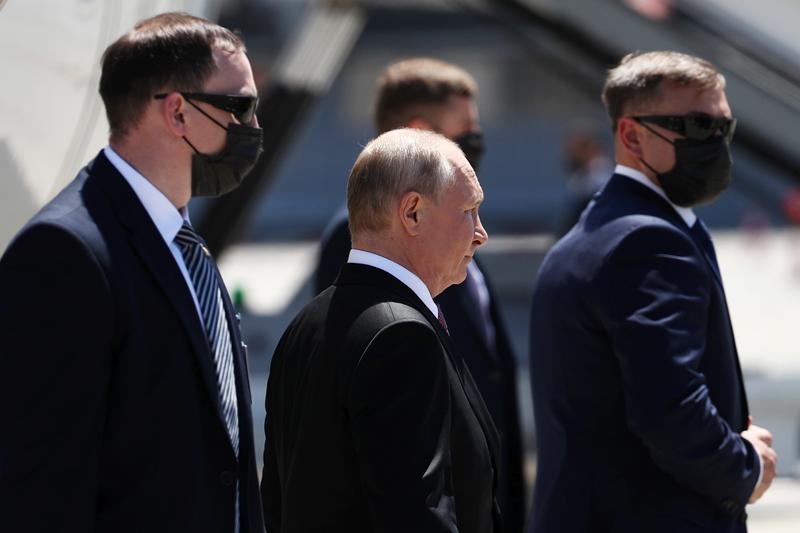 Президент России Владимир Путин (в центре) в аэропорту Женевы