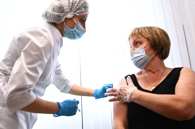 Женщина во время вакцинации от COVID-19