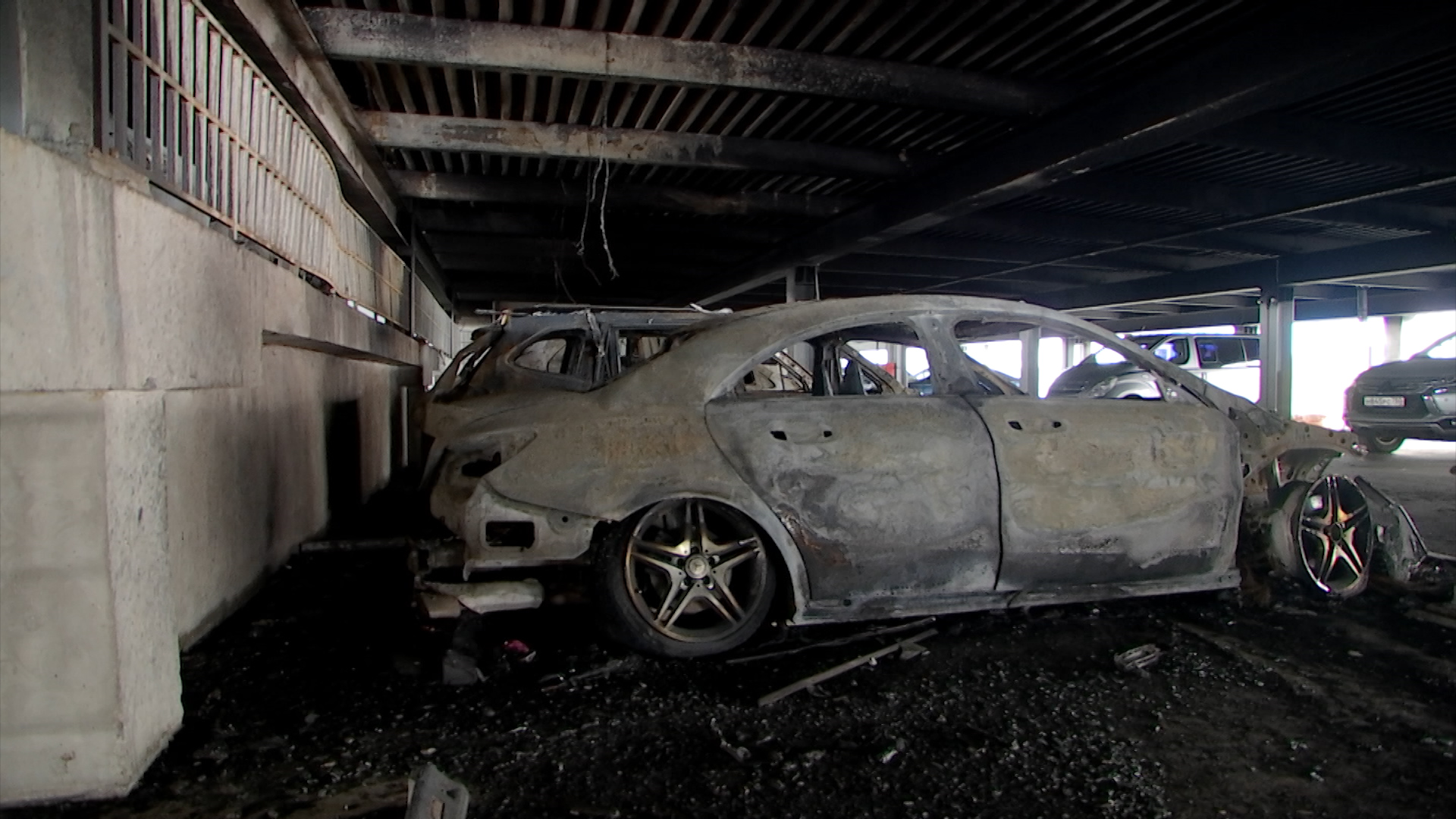 Сгоревшие автомобили на парковке