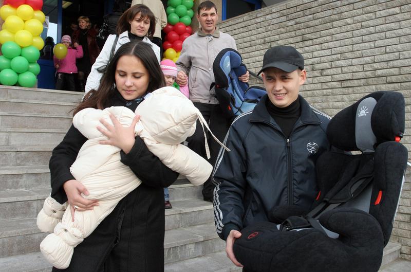 Семья с детским автокреслом