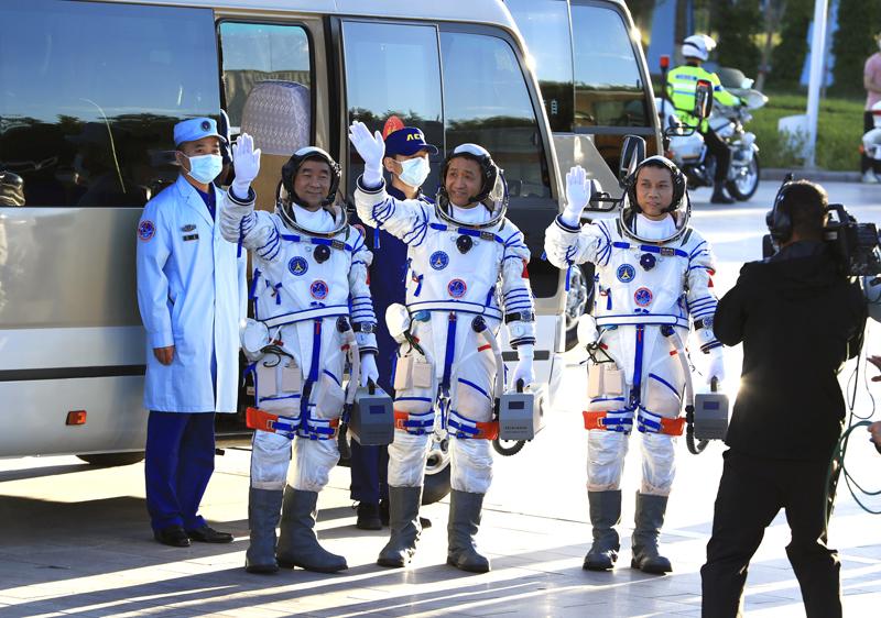 Китайские космонавты перед полетом