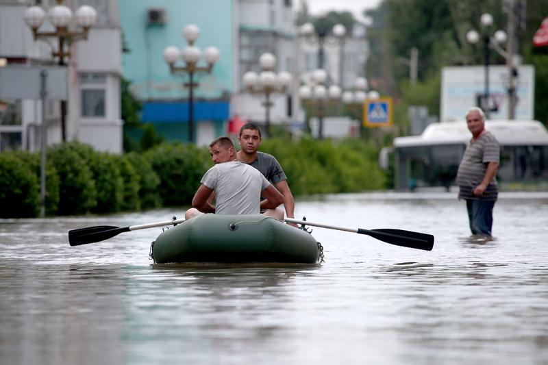 Керчь. Горожане в резиновой лодке на затопленной улице