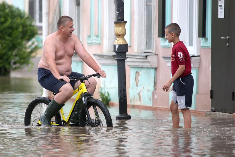 Керчь. Горожане на затопленной улице.