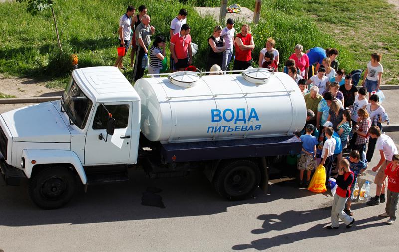 Жители стоят в очереди за водой