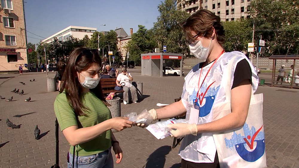 Активисты раздают памятки о вакцинации от коронавируса