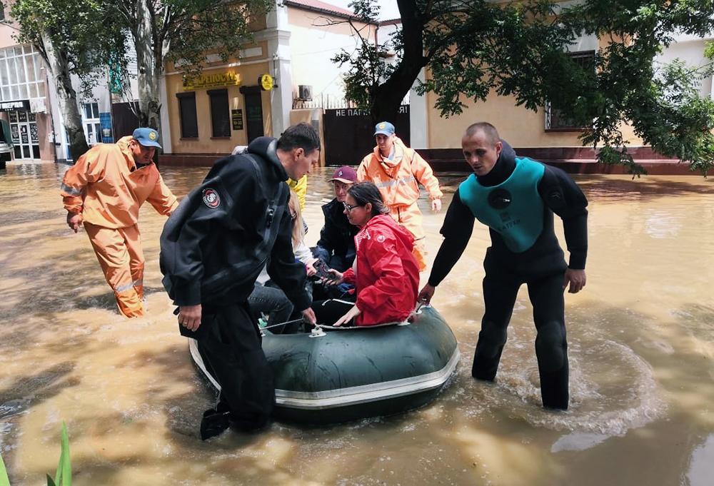 Сотрудники МЧС эвакуируют жителей из зоны наводнения