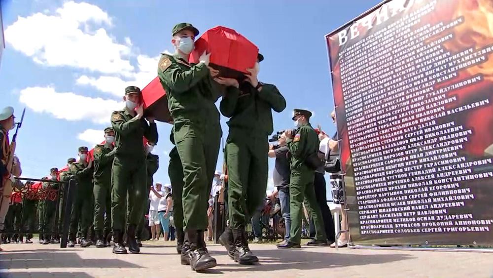 Церемония перезахоронения советских солдат