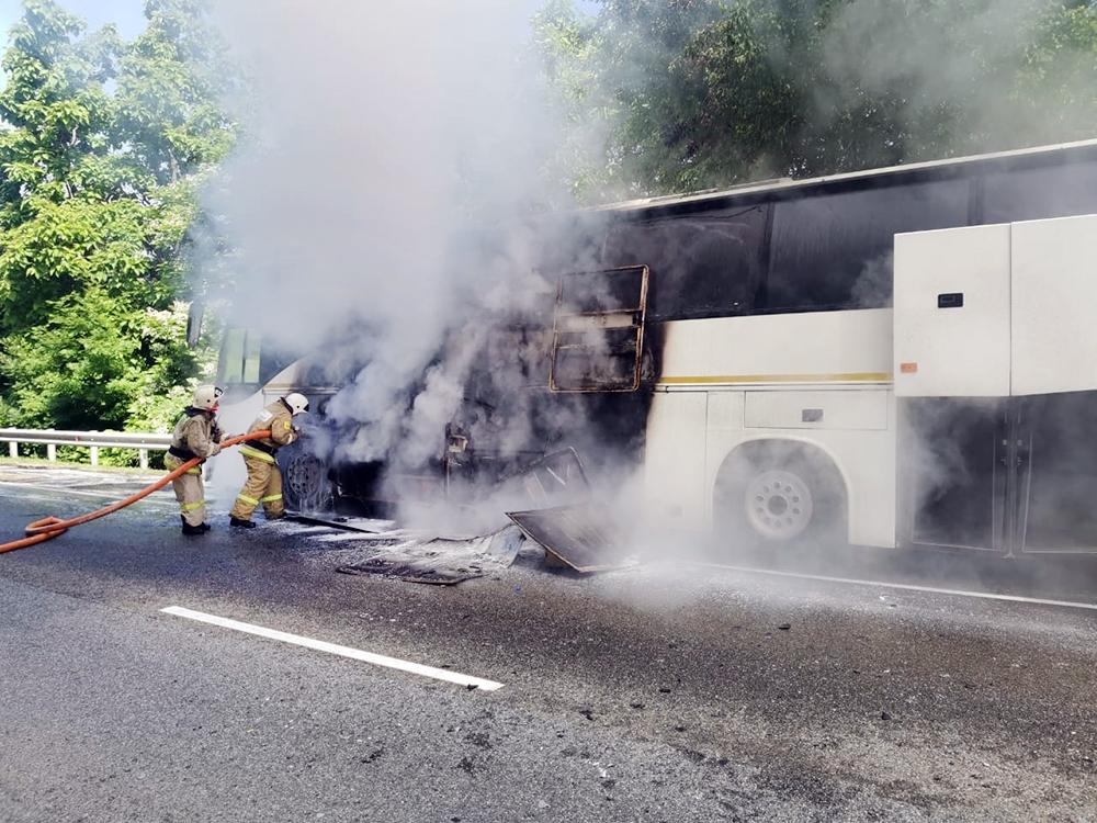 Пожарные тушат горящий автобус