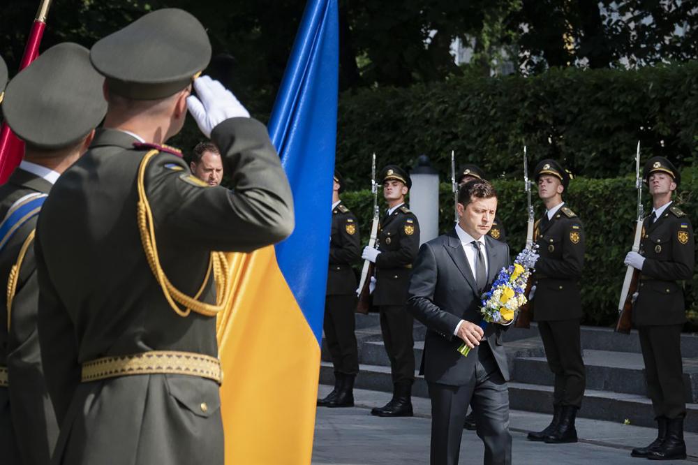 Владимр Зеленский возлагает цветы к мемориалу