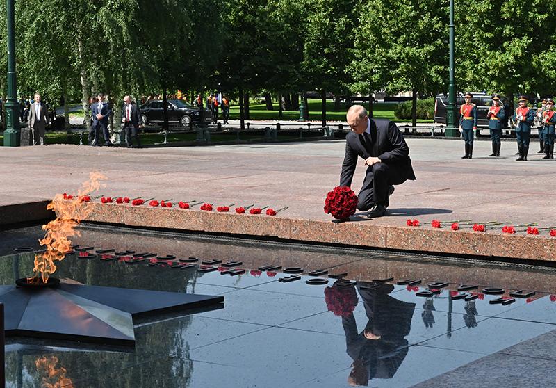 Владимир Путин на церемонии возложения венка и цветов к Могиле Неизвестного Солдата