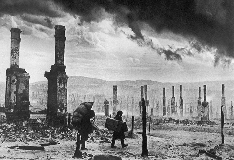 Жители Мурманска после налета немецкой авиации