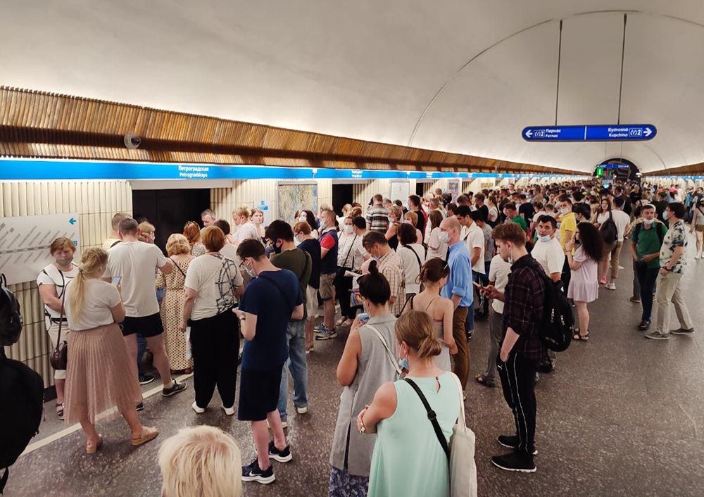 Пассажиры метро в Санкт-Петербурге