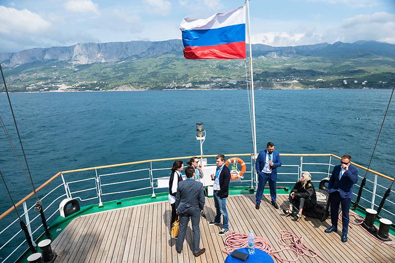 Корабль у берегов Крыма