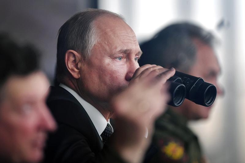 Владимир Путин смотрит в бинокль