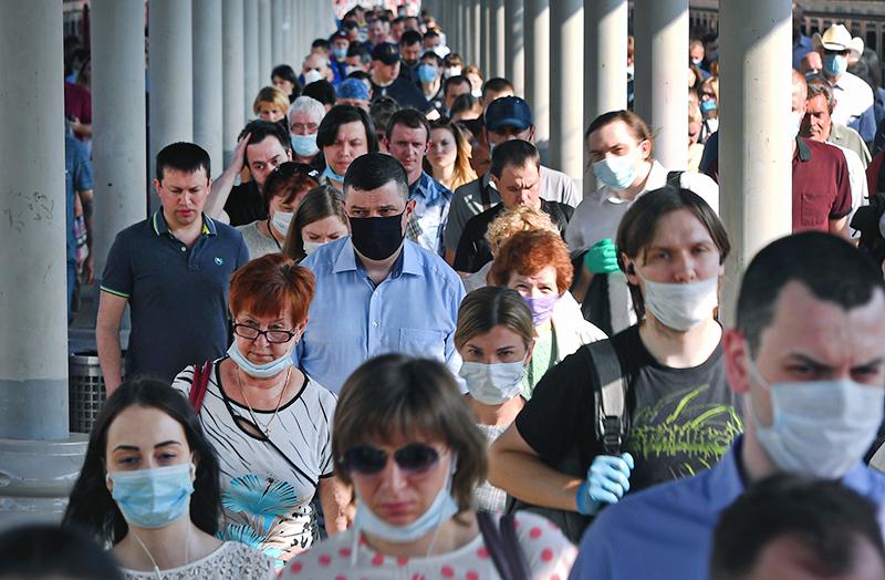 Люди в медицинских масках на вокзале