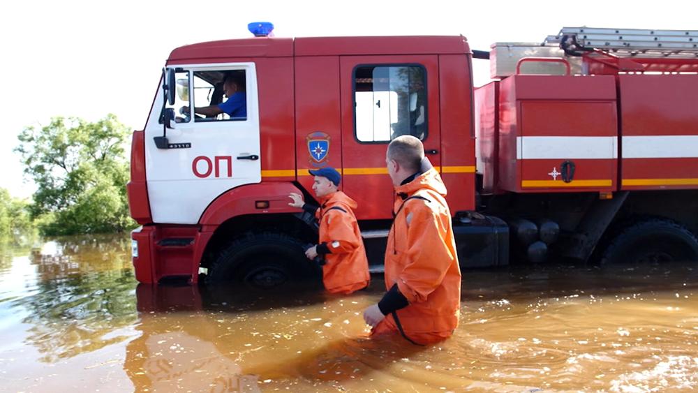 Сотрудники МЧС в зоне паводков