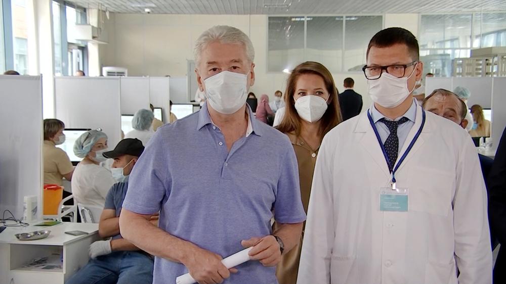 Сергей Собянин осмотрел центр вакцинации для мигрантов
