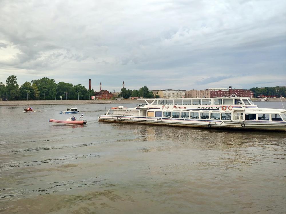 Речной трамвай сел на мель в Санкт-Петербурге