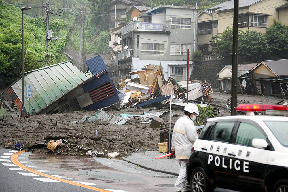 Последствия схода оползня в Японии