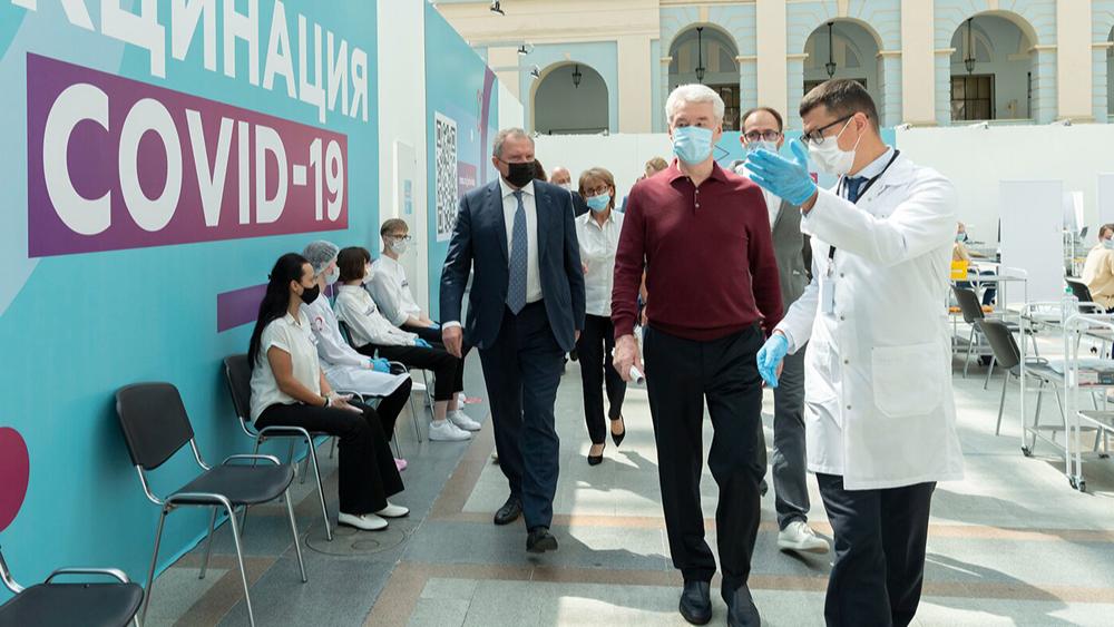 Сергей Собянин открыл в Гостином Дворе центр вакцинации