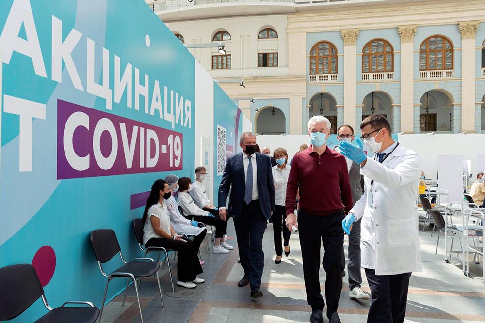 Сергей Собянин посетил пункт вакцинации в Гостинном дворе