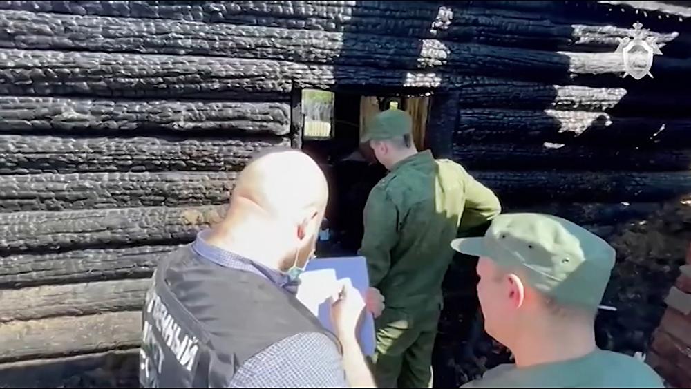 Сотрудники Следственного комитета на месте пожара