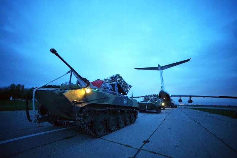 Погрузка боевых машин десанта БМД-2 в Ил-76