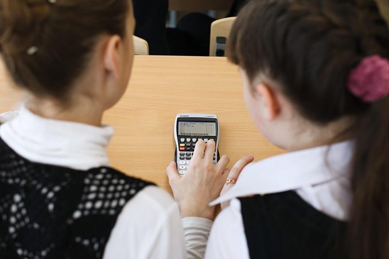 Школьники с калькулятором