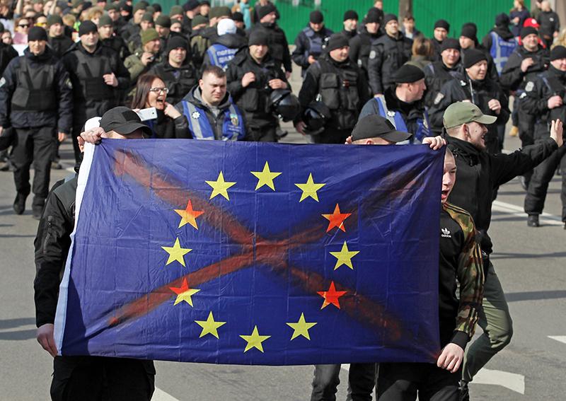 Жители Украины с флагом ЕС