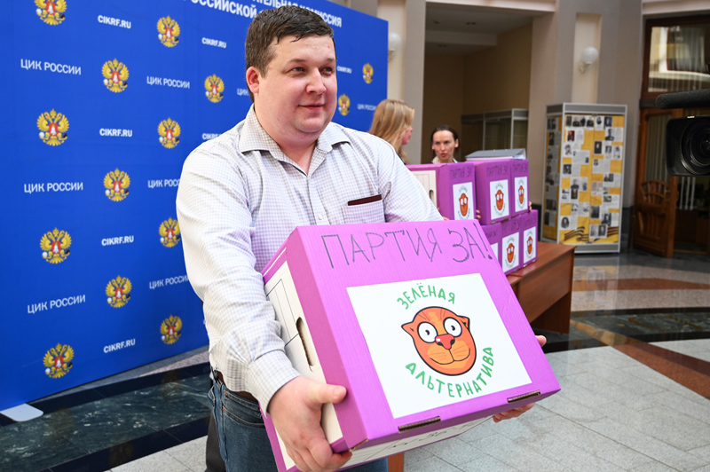 """Председатель партии """"Зелёная альтернатива"""" Руслан Хвостов во время официальной процедуры подачи документов"""
