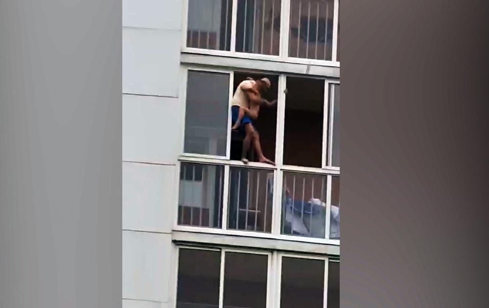 Мужчина с ребенком на руках грозится выпрыгнуть с 13 этажа
