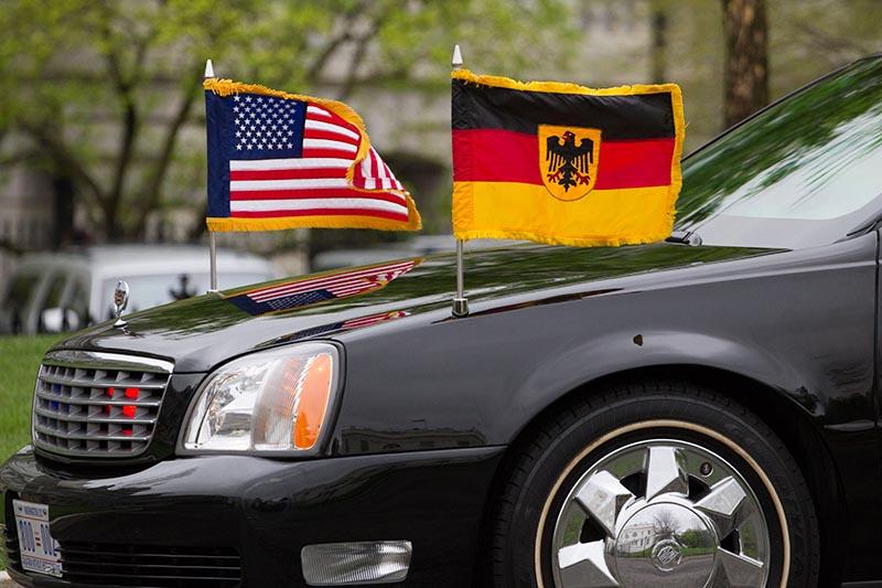 Флаги США и Германии на автомобиле