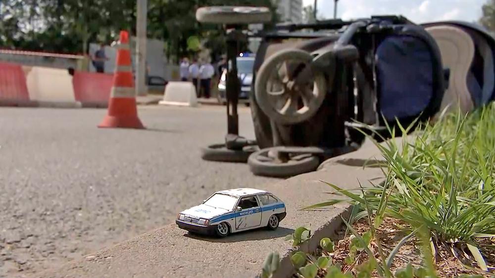 Последствия ДТП в Москве, где автомобиль сбил трех детей