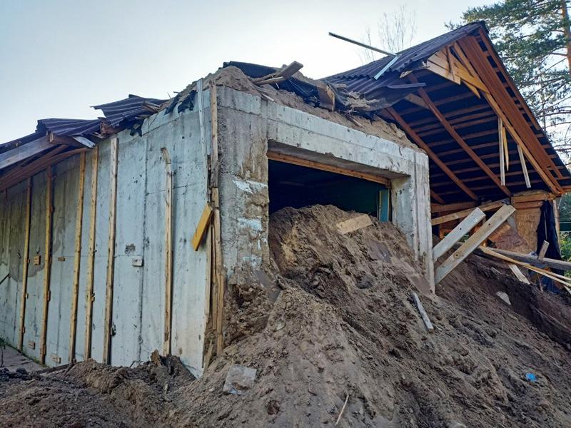 Остатки строений на участке, где была найдена заброшенная частная тюрьма с крематорием