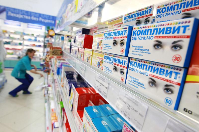 Витамины на полке в одной из аптек