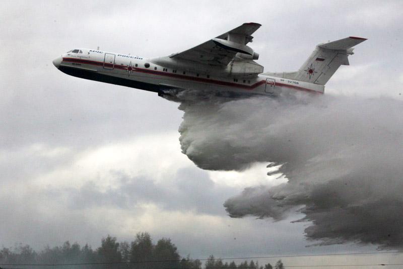 Самолет Бе-200 во время тушения лесного пожара