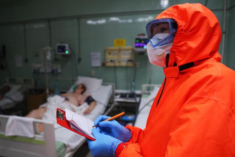 Медицинский работник и пациент в красной зоне ковидного госпиталя