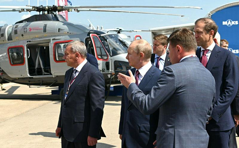 Владимир Путин во время посещения авиасалона МАКС-2021