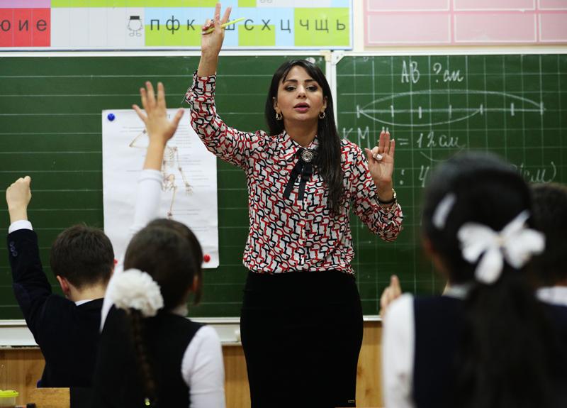 Учитель во время урока